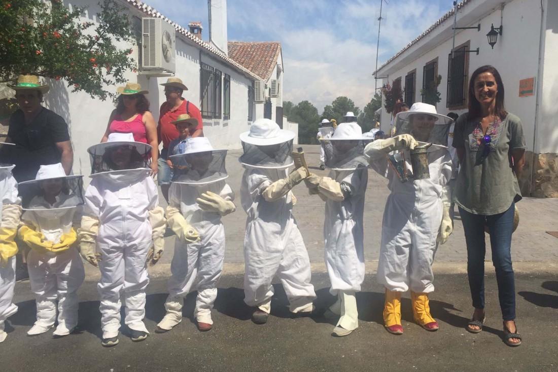 Foto archivo. Flora Bellón junto a escolares participantes en el proyecto