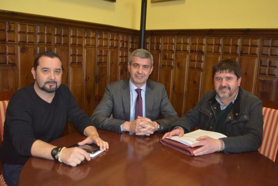 Álvaro Gutiérrez, entre Alberto Tostado y Jorge Vega