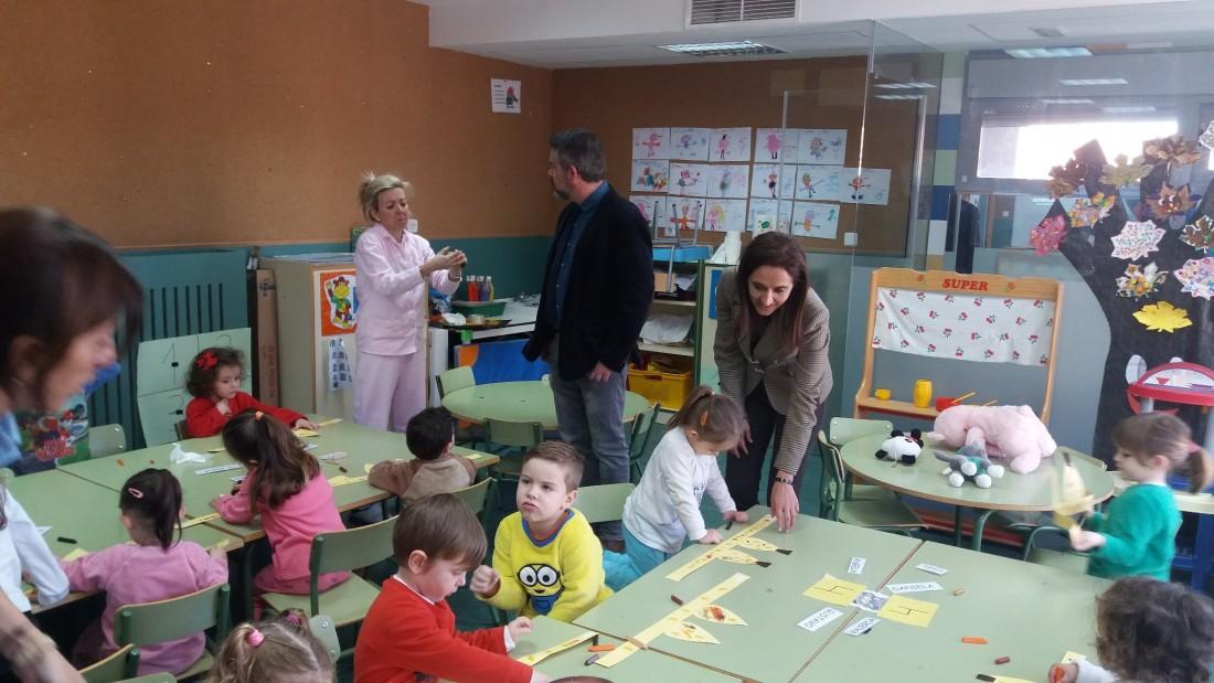 Flora Bellón con los estudiantes de Ajofrín participantes en