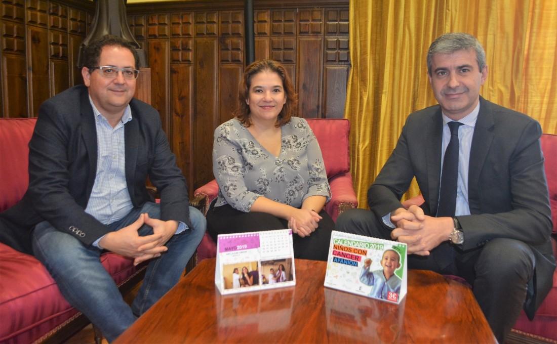 Álvaro Gutiérrez, Tomás Villarrubia y Eva Ocaña con los calendarios de AFANION para 2019