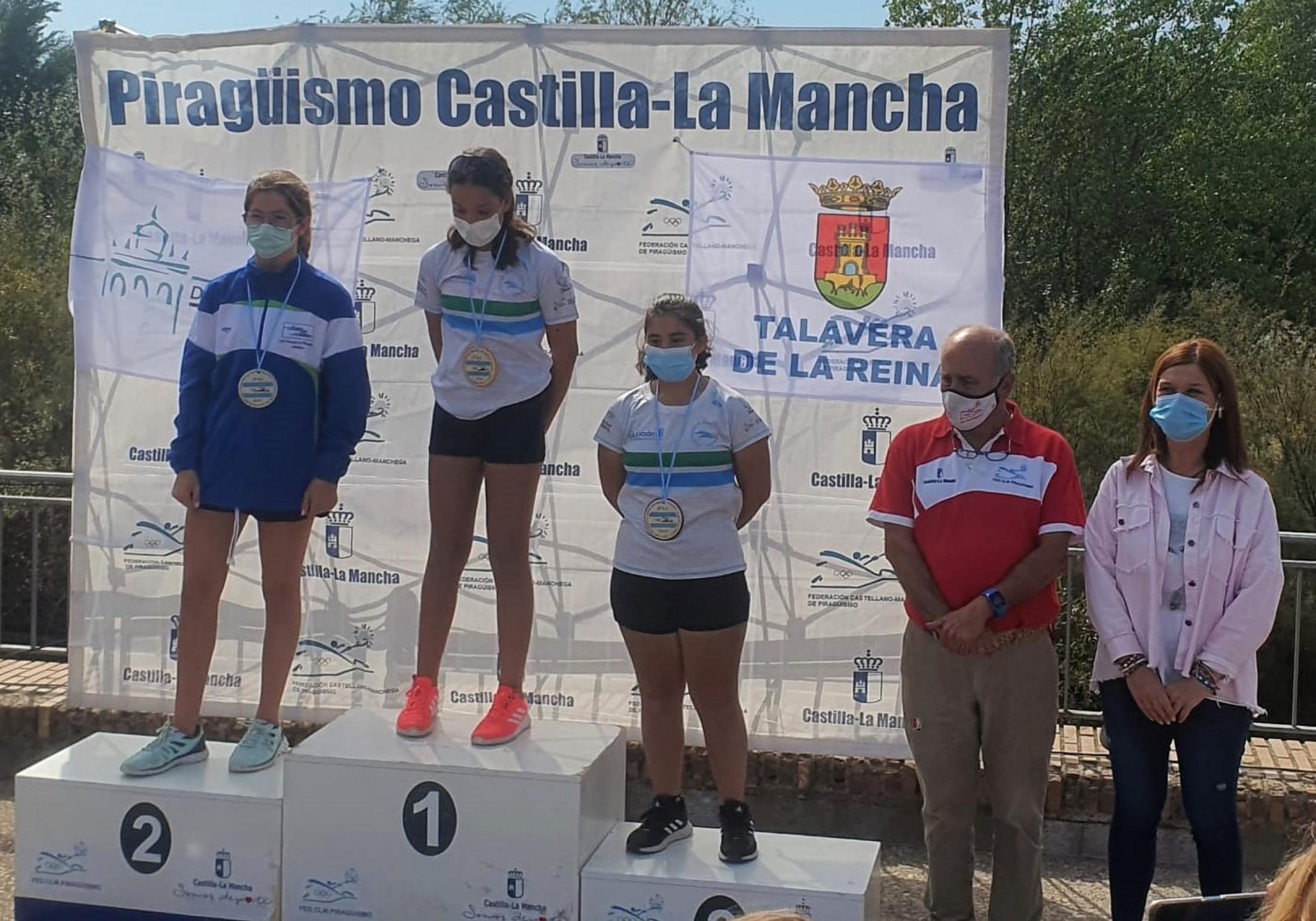 María Jesús Pérez entregando medallas del campeonato de piragüismo de Talavera de la Reina