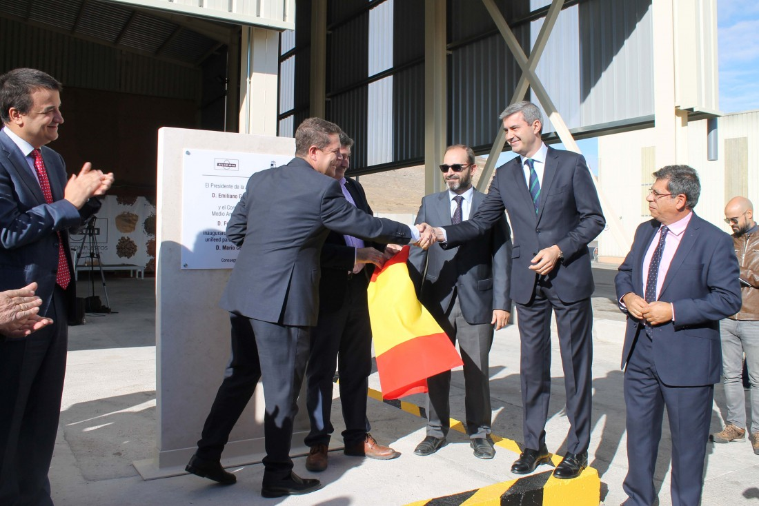 Álvaro Gutiérrez con el presidente de Castilla-La Mancha y socios y trabajadores de AVICÓN Consuegra