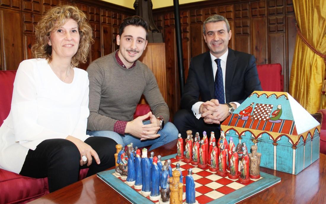 Álvaro Gutiérrez con el alcalde de Noez, José Antonio Ruiz, y la concejal de Obras, Julia Cerdeño