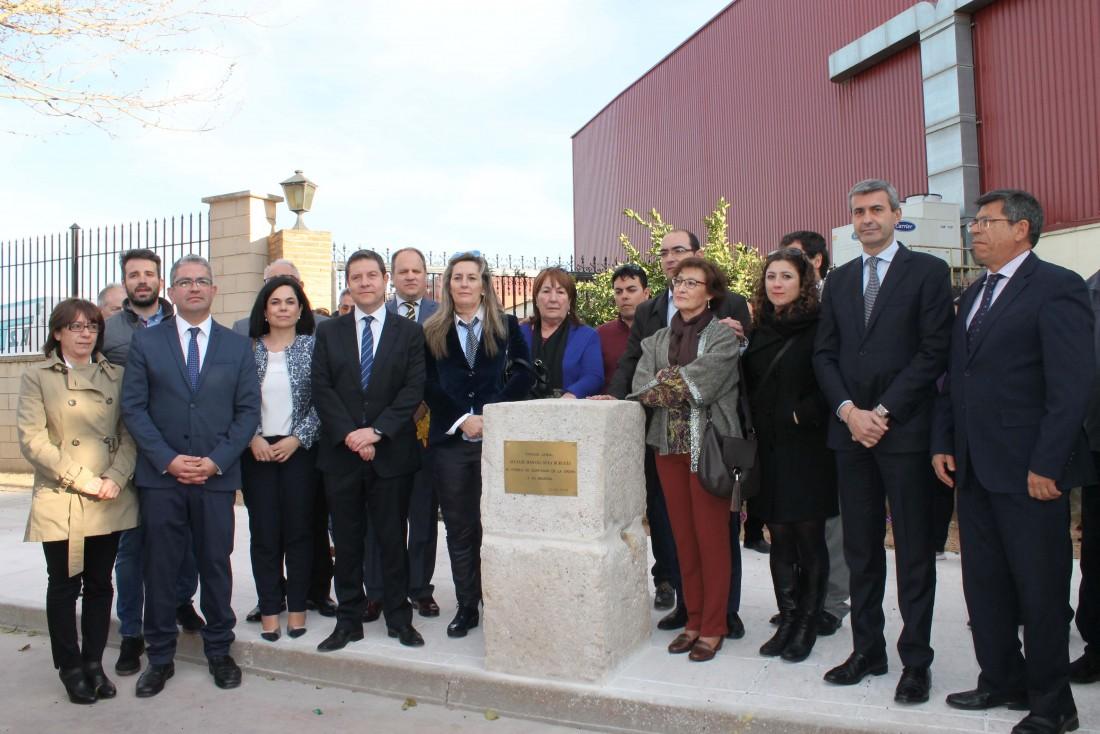 Álvaro Gutiérrez junto a los asistentes al homenaje al ex alcalde de Quintanar Manuel Goya