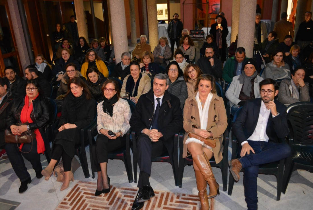 Álvaro Gutiérrez con las artistas