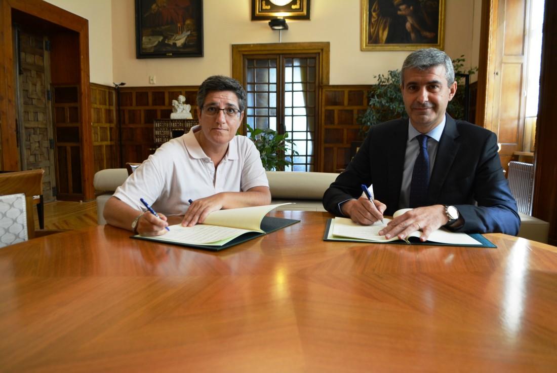 Álvaro Gutiérrez y Mª Ángeles Lumbreras firman el convenio de apoyo a personas con discapacidad