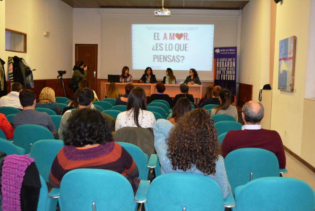 Ana Gómez con ponentes e integrantes Asociación