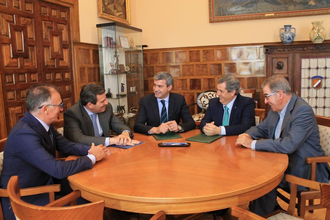 Álvaro Gutiérrez y Humberto Carrasco firmando el acuerdo de apoyo a la Lonja Agropecuaria