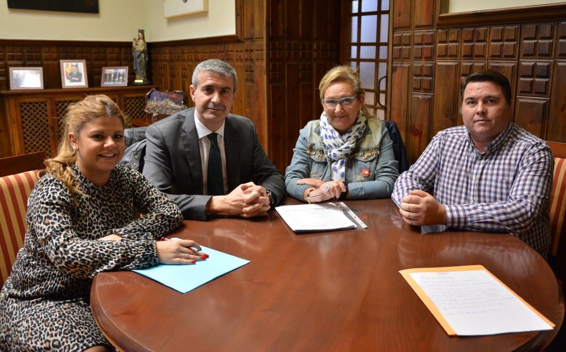 Álvaro Gutiérrez y Cristina del Olmo y su equipo de gobierno durante la reunión