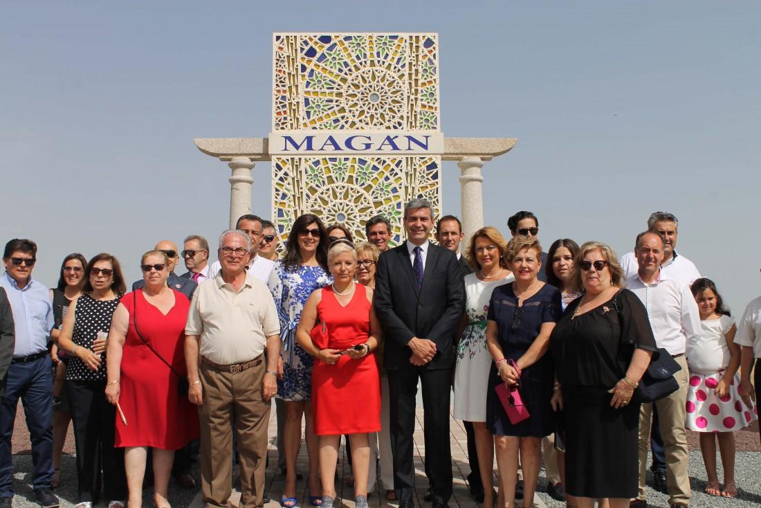 Álvaro Gutiérrez y los asistentes a la inauguración de la rotonda de Magán dedicada a la pirotecnia