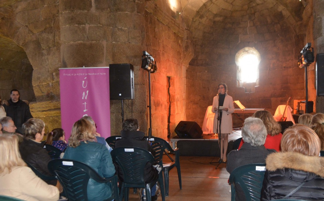 Ana Gómez con los artistas del concierto de clausura de Únicas