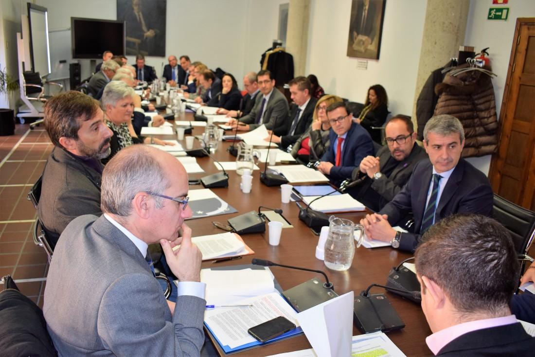 Álvaro Gutiérrez junto a los asistentes a la Comisión de Diputaciones