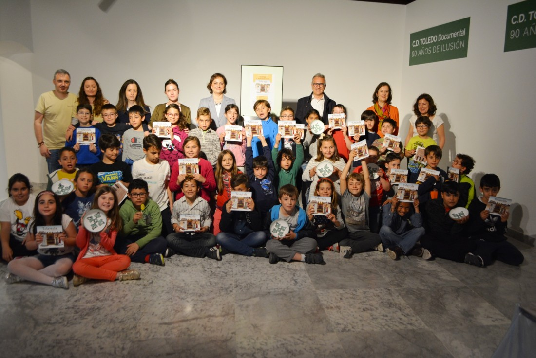 María Ángeles garcía con los alumnos y alumnas del C.P. Santa Teresa (Toledo)