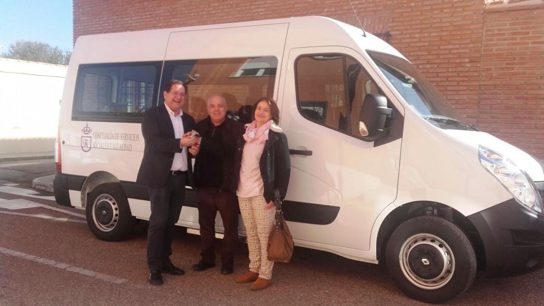 Tomás Villarrubia entrega el vehículo a Juan Carlos Palencia