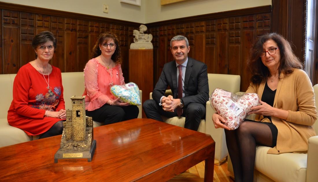 Álvaro Gutiérrez y Ana Gómez con Inmaculada Cruz y María José Recio, de  Manos y Voces de Carranque