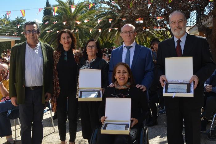 Elvira Manzaneque y José María Vallejo con los trabajadores que han recibido una placa