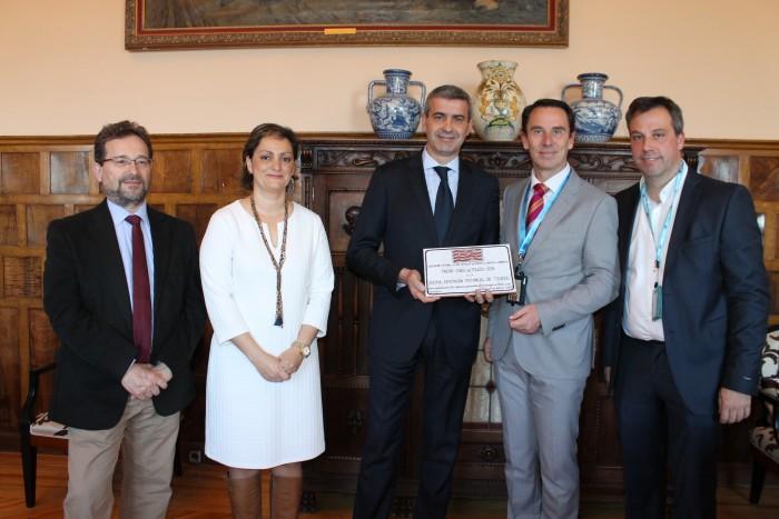 Álvaro Gutiérrez y María Ángeles Martín recibiendo el premio