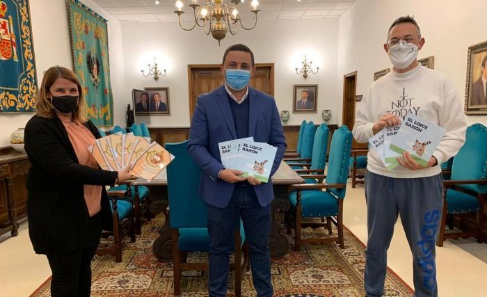 José Carlos Sánchez hace entrega de los libros