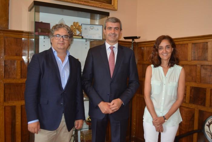 Álvaro Gutiérrez y Flora Bellón con Santiago Ramos, presidente del Soliss Fútbol Sala Talavera