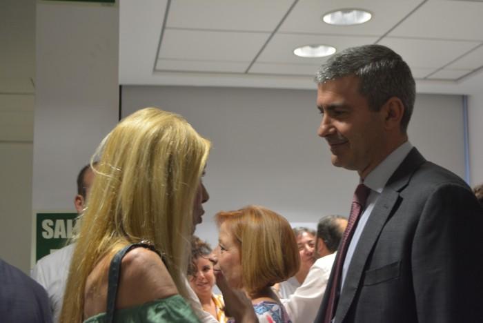 Álvaro Gutiérrez charlando Montserrat Rosa, hija del concejal Ángel Rosa