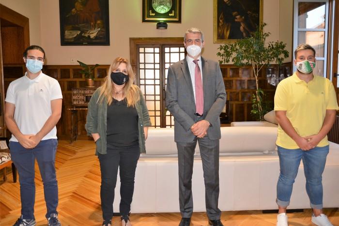 Álvaro Gutiérrez y la alcaldesa de Portillo, María José Balleteros, junto a concejales