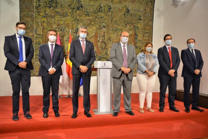 Álvaro Gutiérrez junto al vicepresidente regional, los presidentes de diputación