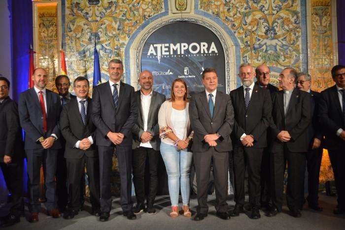 Álvaro Gutiérrez junto a los asistentes a la inauguración de ATEMPORA en Talavera de la Reina