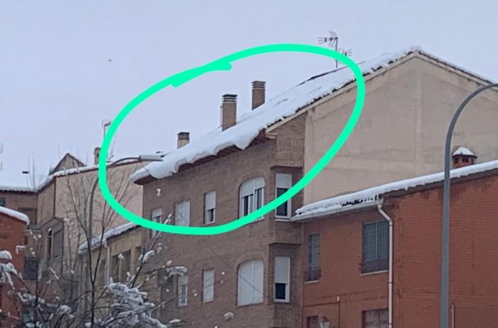 Peligro en cornisas y tejados tras las nevadas