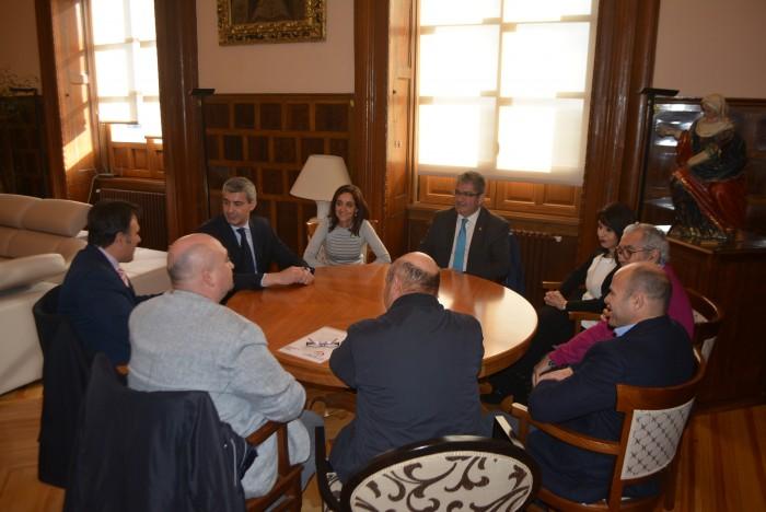 Álvaro Gutiérrez durante la reunión mantenida con representantes de la DO Mancha