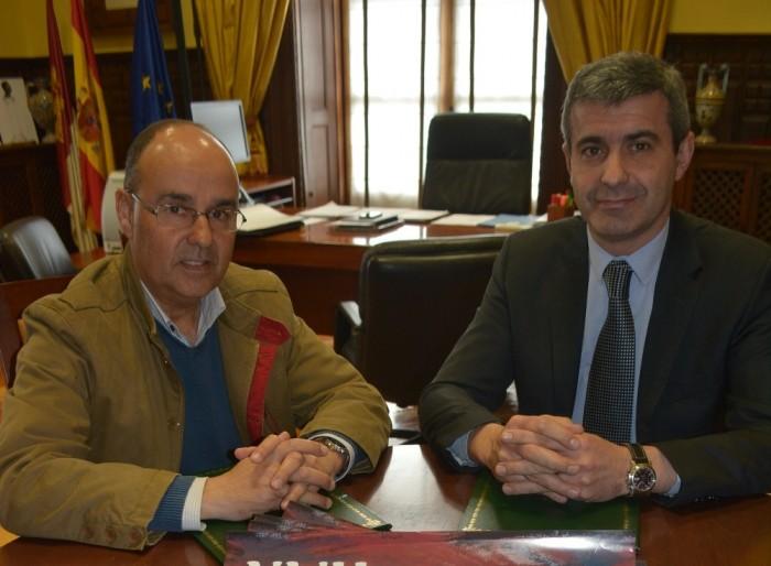 Foto de archivo de Álvaro Gutiérrez y el alcale de Oropesa, Juan Antonio Morcillo