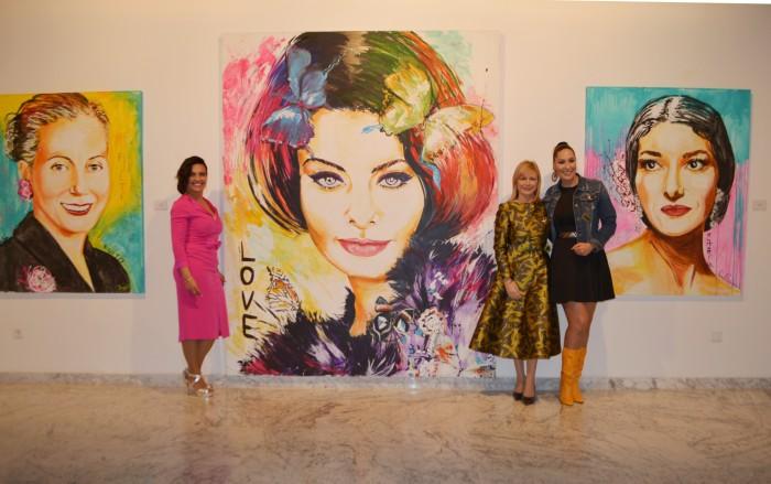 Con los retratos de Eva Perón, Sofía Loren y María Callas