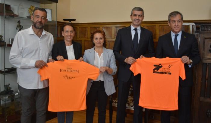 Álvaro Gutiérrez con los organizadores de la carrera solidaria