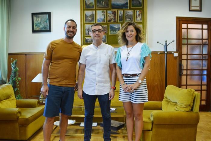 Fernando Muñoz con alcaldesa y teniente alcalde de Yunclillos