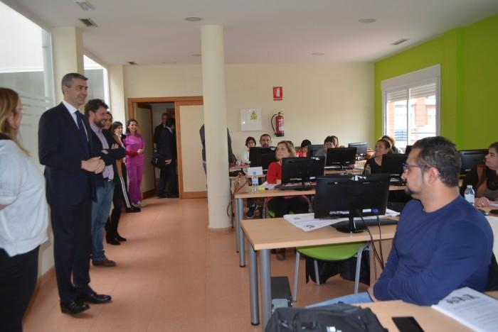 Álvaro Gutiérrez saludando a usuarios del servicio educación y formación ocupacional