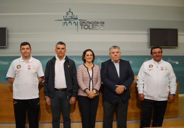 María Ángeles García, con representantes  del tiro al plato y miembros de la selección española