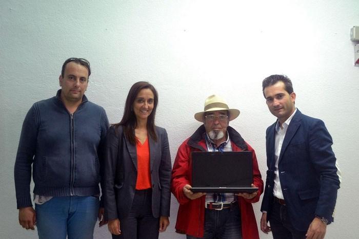 Entrega ordenador Asociación Romaní