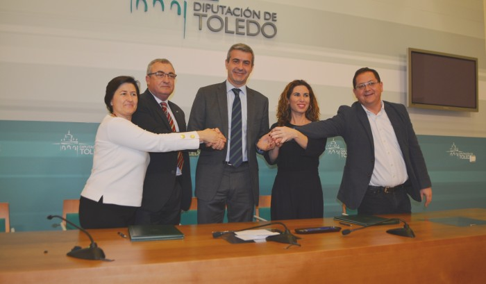 Álvaro Gutiérrez con los responsables de APANAS, Down Toledo y Cruz Roja Toledo tras la firma