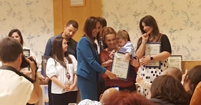 Flora Bellón recibiendo la placa de Down Toledo en agradecimiento al apoyo de la Diputación