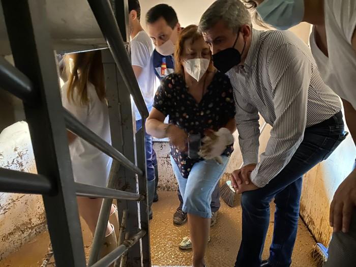Álvaro Gutiérrez comprobando los daños de la tormenta en Guadamur