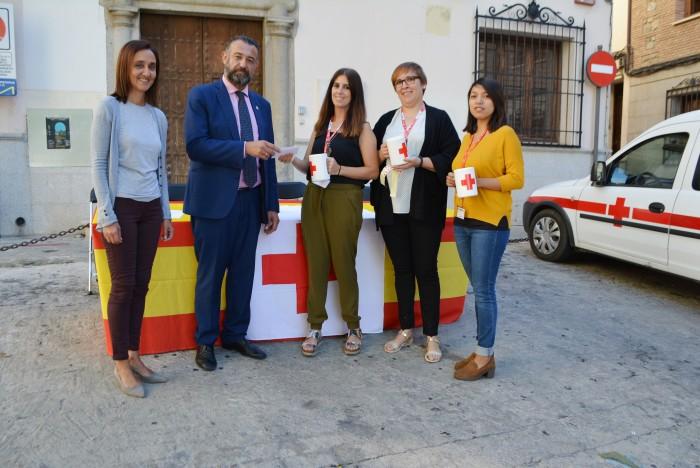 Flora Bellón y Rafael Martín en el momento de hacer la entrega de la contribución provincial