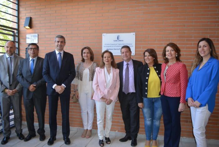 Álvaro Gutiérrez junto a las autoridades asistentes a la inauguración del centro ocupacional