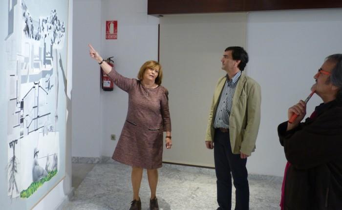 Marina Olalla delante de sus obras