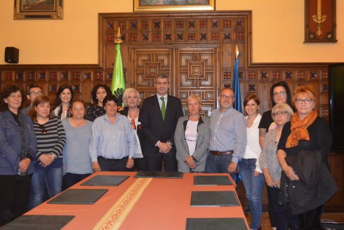 Gutiérrez y Muñoz con trabajadoras, la alcaldesa de Ontígola y representantes de CCOO