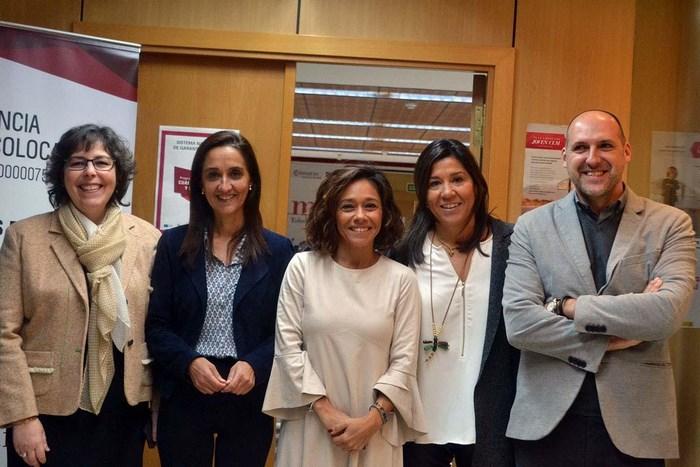 Flora Bellón con los participantes en la jornada