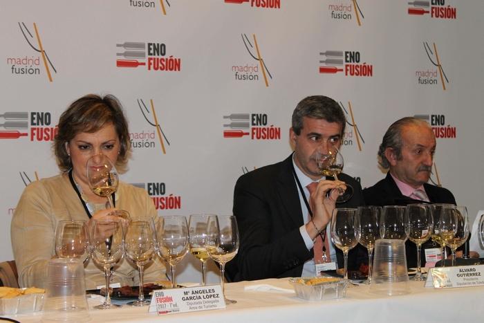 Álvaro Gutiérrez y María Ángeles García en un momento de la cata de vinos toledanos