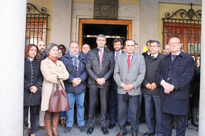 Álvaro Gutiérrez junto a los representes de las instituciones en el minuto de silencio