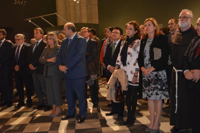 Ana Gómez atiende las palabras del Arzobispo de Toledo