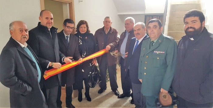 Fernando Muñoz, con la alcaldesa de El Puerto de San Vicente, inaugurando el alojamiento rural