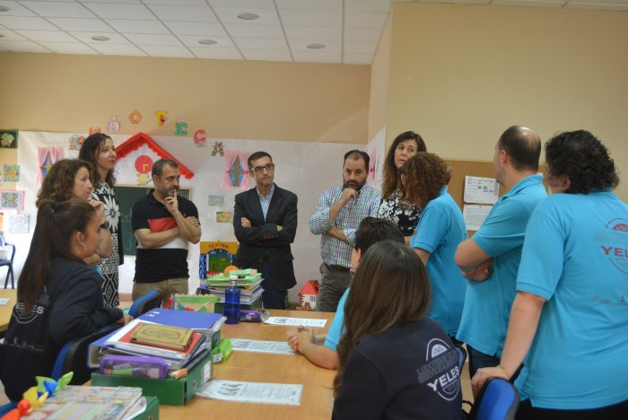 Fernando Muñoz charlando con alumnado y equipo del taller de empleo de Yeles