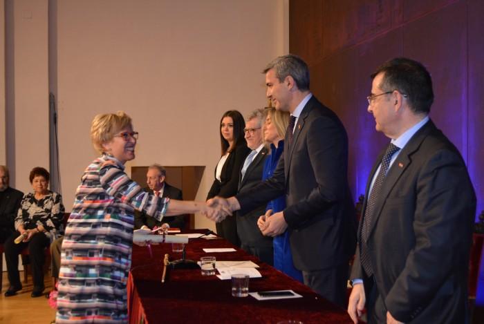 Alvaro Gutiérrez feliicita a María Anrtonia Rica